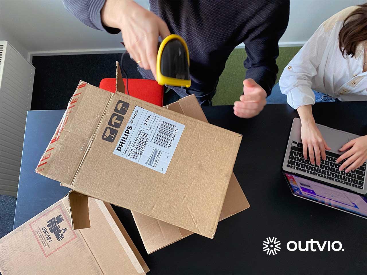 Operario escanea un paquete para enviarlo con SEUR.