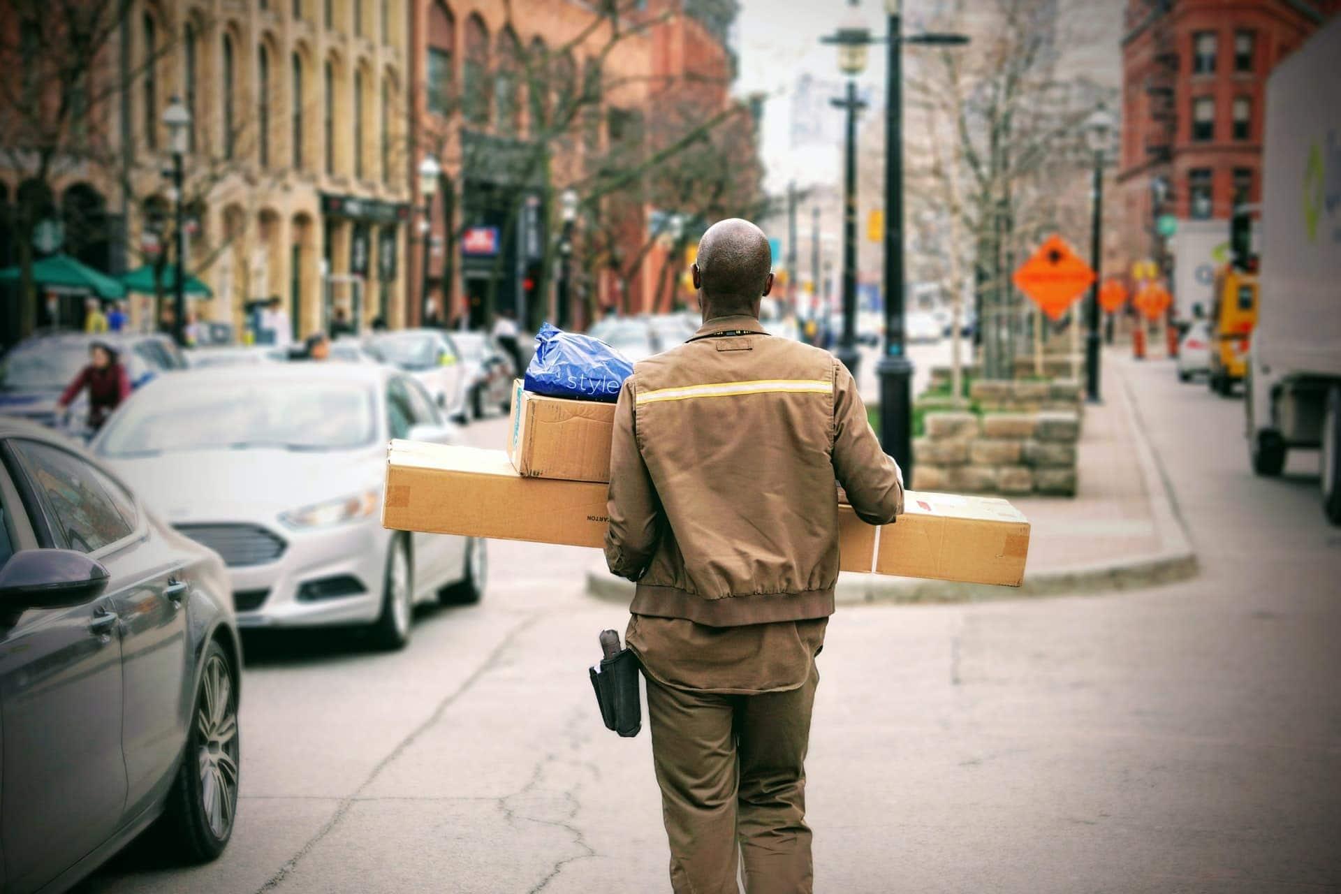 El transportista de un eCommerce después del Brexit lleva los paquetes para luego entregarlos al destinatario.